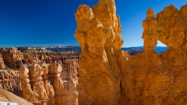 Hoodoos in front of the Bryce valley, a natural hole in one | LotsaSmiles Photography