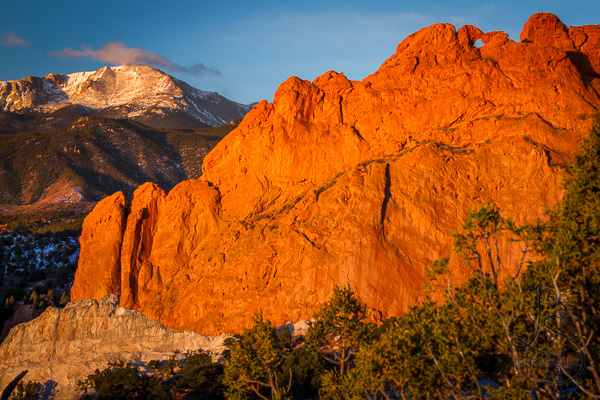 Garden of the Gods's Kissing Camels rock formation in front of Pikes Peak at sunrise | LotsaSmiles Photography