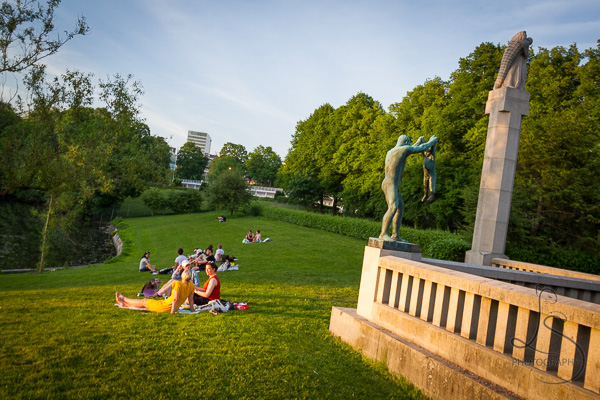 Locals sitting in Vigeland Park at dusk | LotsaSmiles Photography