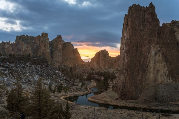 Sunset behind Smith Rock in Oregon | LotsaSmiles Photography
