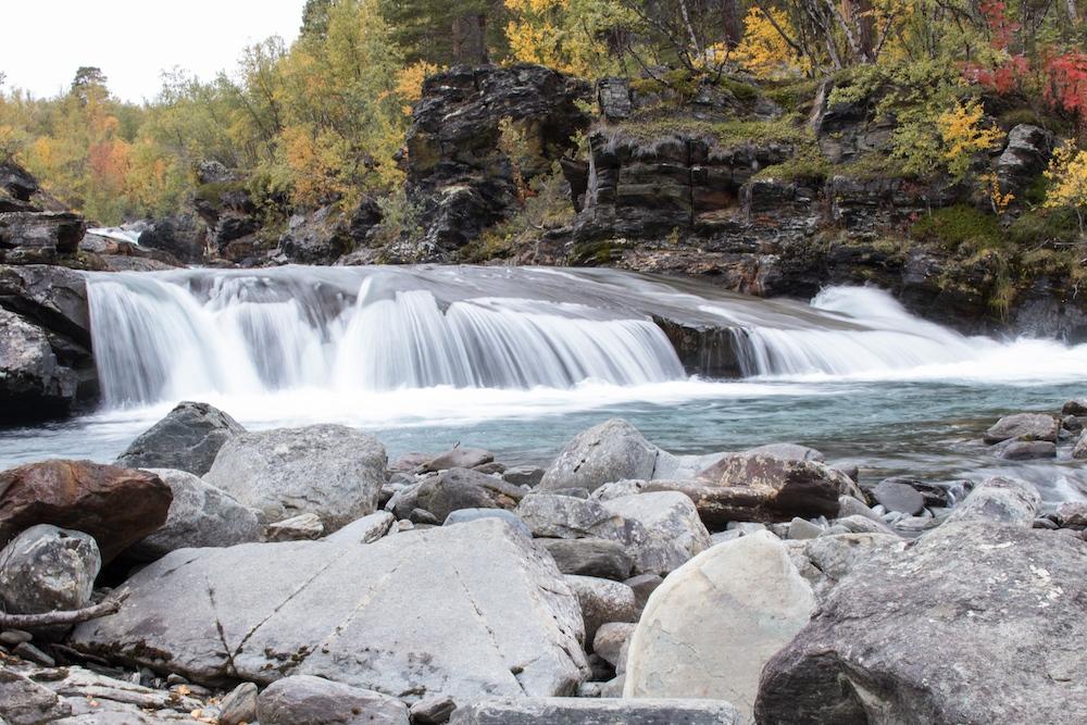Wanderung zum Wasserfall Kårsafallen
