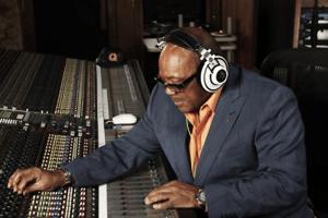 O produtor musical Quincy Jones trabalhando.