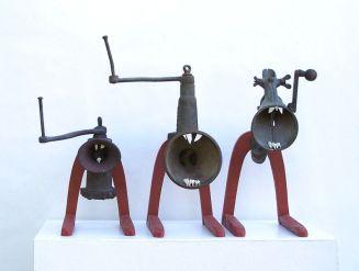 Ein Rudel Fleischwölfe | 2004, Fleischwölfe/Holz/Zähne | 47 x 140 x 37 cm