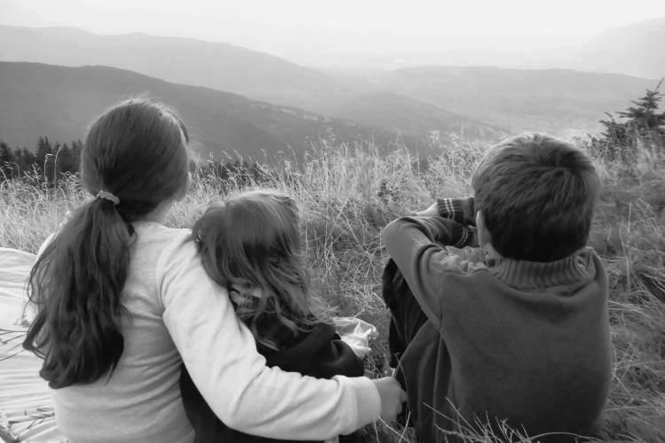 enfants vue sur la plaine