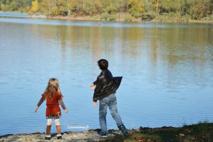 jeter des cailloux dans le lac