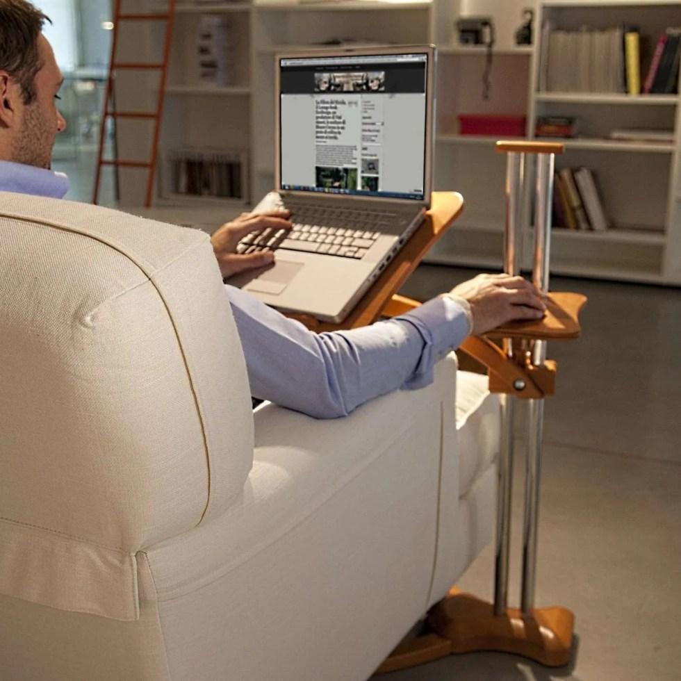 La scrivania diventa uno stand porta-notebook