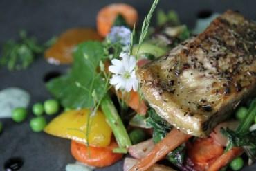 Przepis na prosty, grillowany jesiotr z warzywami