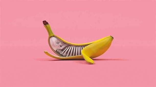 Banan ćmiący papierosa Banan ćmiący papierosa 1