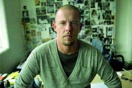 Alexander McQueen: ten, który umiał czarować modą. Piękna historia bez szczęśliwego zakończenia.