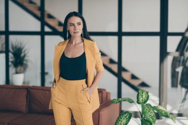 Seksowna elegancja, czyli damski garnitur – jaki model wybrać ijak go stylizować