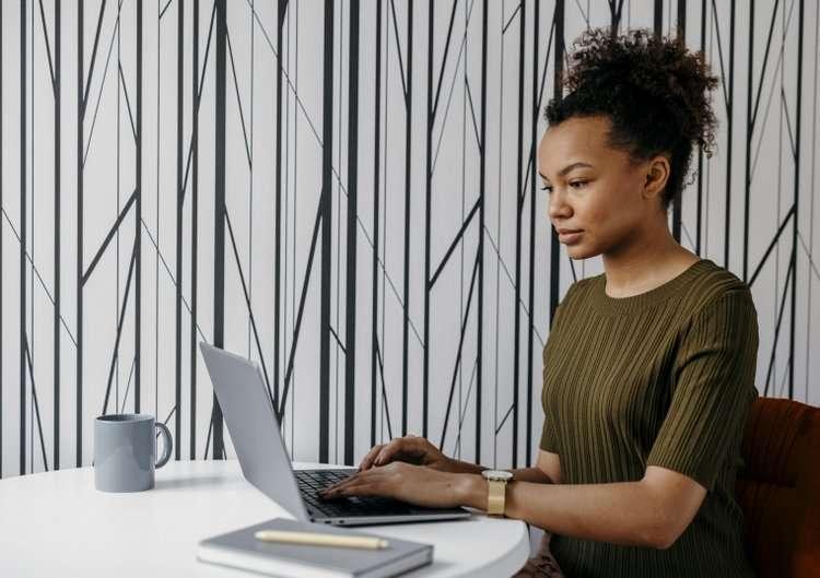 Rozrywka i dodatkowa pracaw Internecie, czyli 5 sposobów na spędzanie czasu w domu podczas izolacji