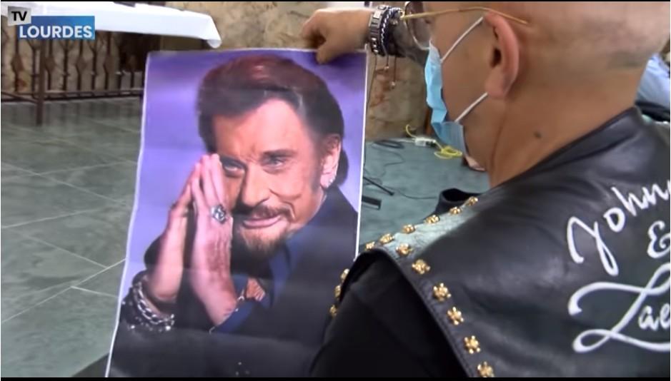 Des fans de Johnny Hallyday lui rendent hommage à Lourdes au cours d'une messe dans le Sanctuaire