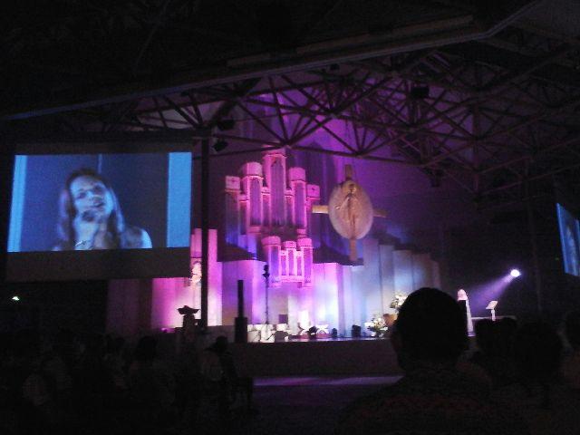 Read more about the article Lourdes : La chanteuse québécoise Natacha St Pier a «enchanté» le Sanctuaire