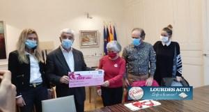 Le Maire de Tarbes remet le chèque de MINI TARB'ELLES à la Présidente de La Ligue contre le cancer