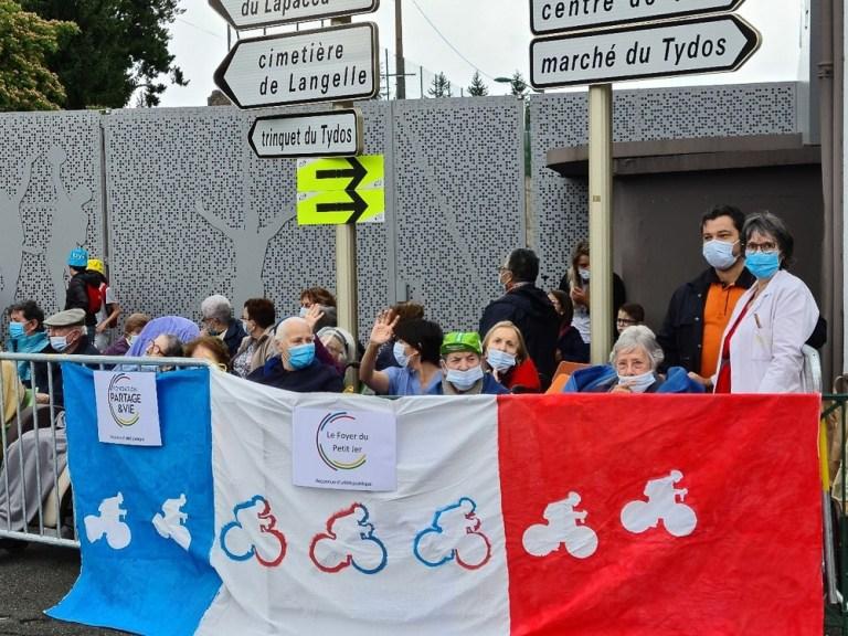 Read more about the article Lourdes : les résidents de  l'EHPAD le Foyer du Petit Jer ont encouragé les coureurs du Tour de France