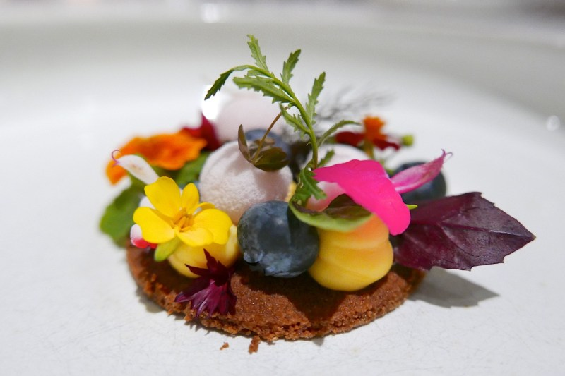 Speculoos, plattekaas cream, berries, flowers, herbs