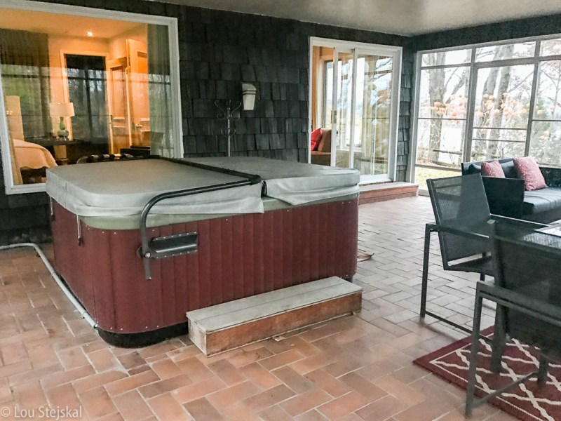 Enclosed porch and hot tub at Heron Suite