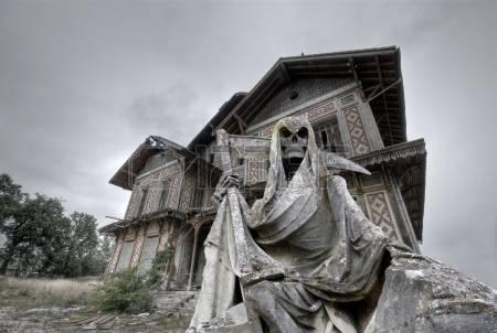 18658220-maison-hant-e-abandonn-e-et-ruin-e-manoir-avec-une-statue-gream-moissonneur-au-premier-plan