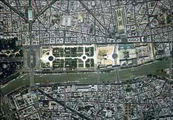 Вид сверху на луврский дворец и сады Тюильри.