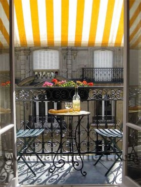 Best Ideas To Change Your Balcony Decor Into A Romantic Design 42