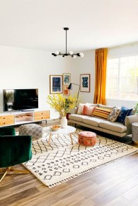 Adorable Colorful Pillow Ideas For Cozy Living Room 28