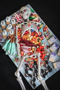 Astonishing Halloween Table Decoration That Perfect For This Year 51