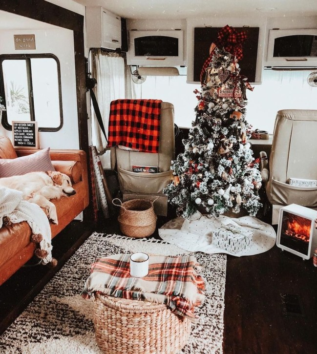Most Inspiring Holiday Decoration Ideas For Your RV 15