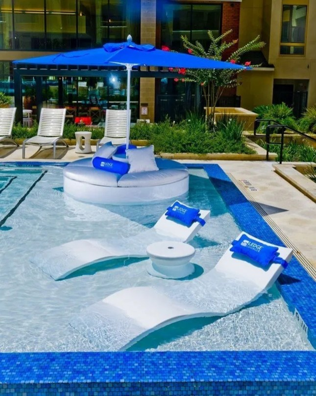 Comfy Pool Seating Ideas For Your Outdoor Decoration 36