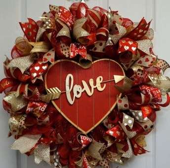 Pretty Valentines Day Wreath Ideas To Decorate Your Door 06