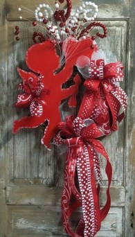 Pretty Valentines Day Wreath Ideas To Decorate Your Door 07