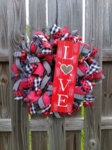 Pretty Valentines Day Wreath Ideas To Decorate Your Door 22