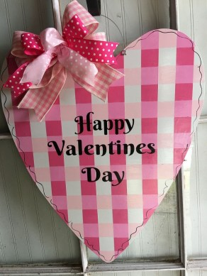 Pretty Valentines Day Wreath Ideas To Decorate Your Door 26