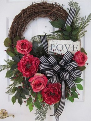Pretty Valentines Day Wreath Ideas To Decorate Your Door 27