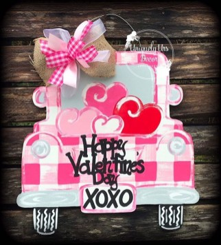 Pretty Valentines Day Wreath Ideas To Decorate Your Door 34