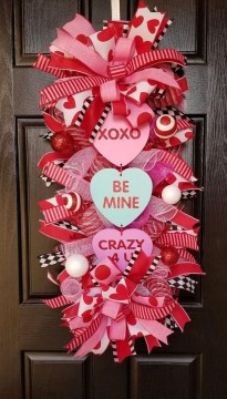 Pretty Valentines Day Wreath Ideas To Decorate Your Door 42