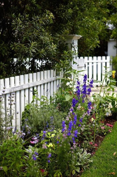 Awesome Farmhouse Garden Fence For Winter To Spring 14