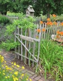 Beautiful Garden Fence Decorating Ideas To Follow 40