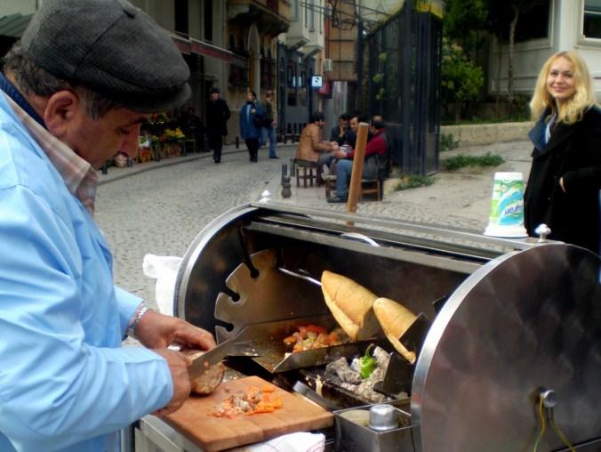 Ekmek Arası Döner - дёнер из мяса, обжаренного с оващами, в булке, подают с айраном