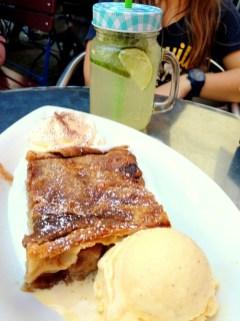Яблочный штрудель с мороженым и взбитыми сливками