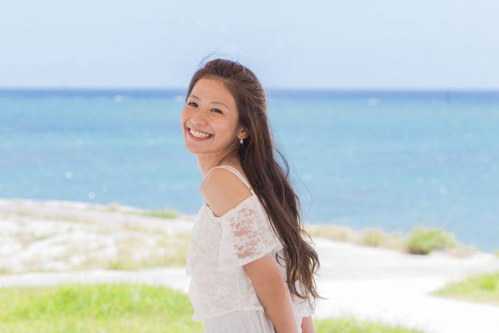 沖縄の海と若い女性