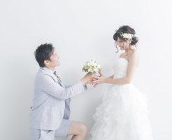 プロポーズをする新郎新婦