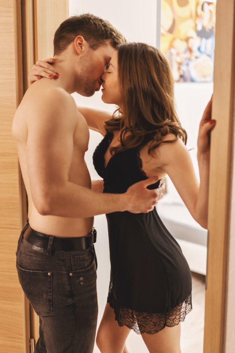 Paarshooting Leipzig - Mandy steht im Negligee im Türrahmen und hält sich fest. Tobias zieht sie an sich und will sie küssen. Der Kuss steht kurz bevor.