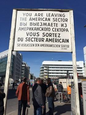 Checkpoint Charlie - hraniční přechod v Berlíně odděloval americkou část od sovětské The border crossing in Berlin that separated the US from the Soviet part