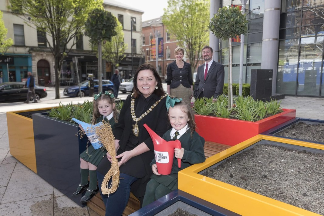 Lord Mayor of Belfast, Cllr. Deirdre Hargey with primary school pupils Zara and Kelis with Linen Quarter Board Member, Jude Fox and Managing Director, Chris McCracken (2)