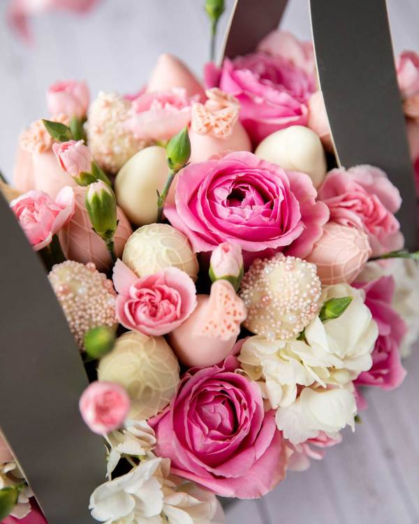 Pink roses and white chocolate covered strawberries