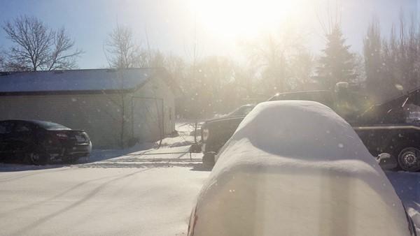 Соседа из снега вытаскивает эвакуатор
