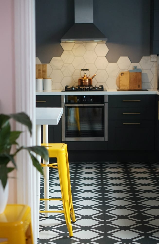 Ever wondered what a colour scheme says about your personality? Here's how you find out. Click through to see why you prefer the bright hue of yellow or orange, or the calming shades of blue and green, or even why black and white is your favourite. #colourschemes #colorlovers #colourpersonality #colourmyhome #lovechicliving