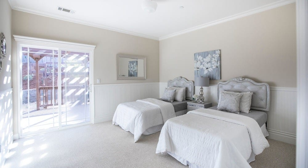 Twin bedroom with grey and white décor