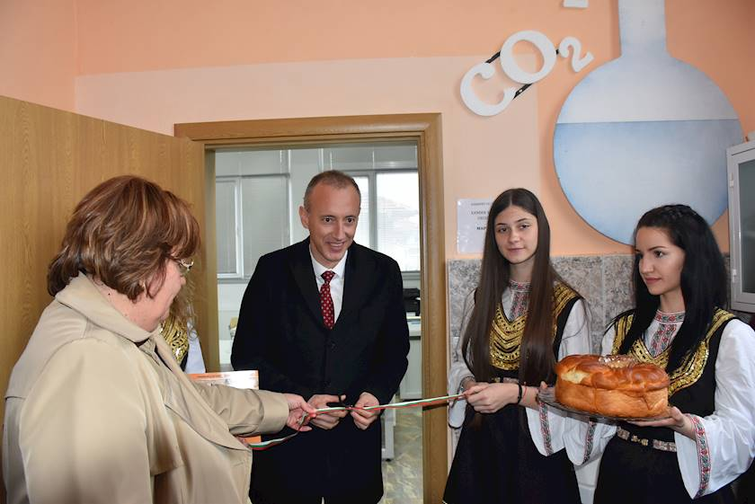 """Министър и кмет прерязаха лентата пред обновен кабинет по химия в ПЕГ """"Екзарх Йосиф Първи"""" в  Ловеч"""