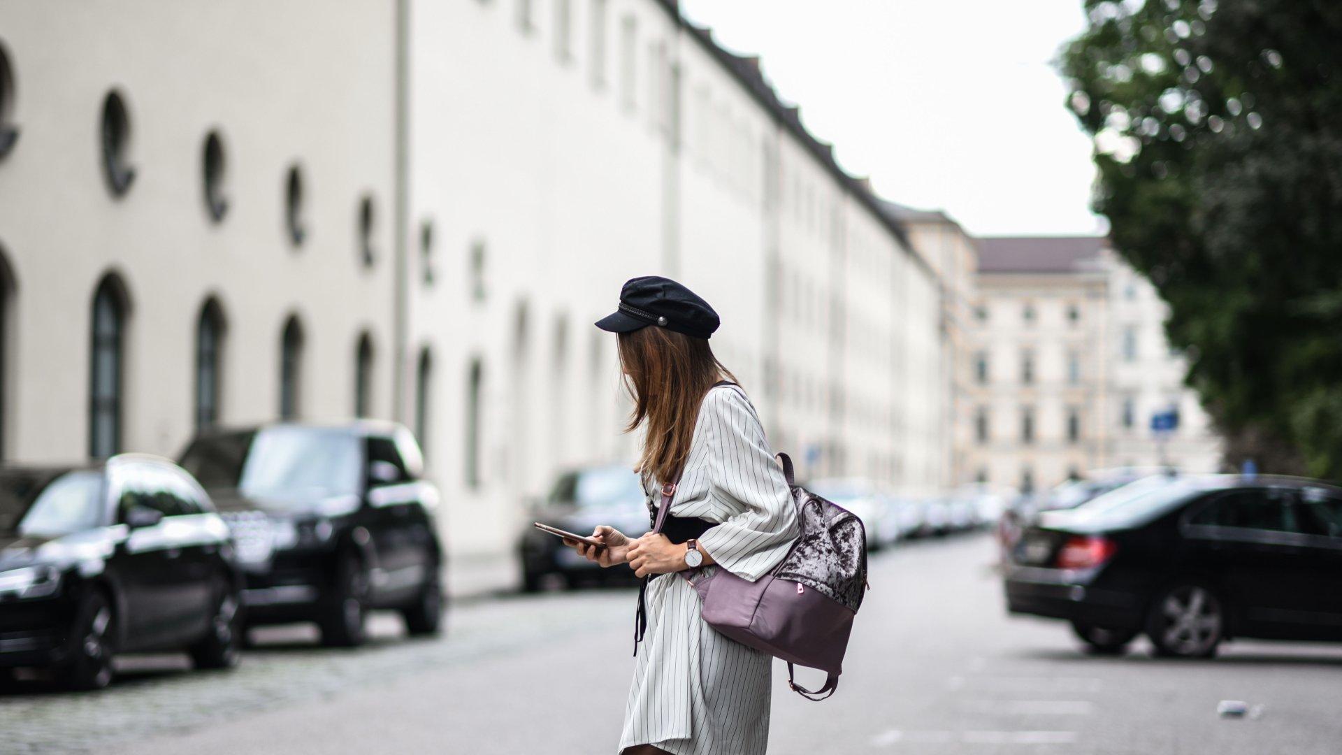 Herbst Outfit: Taillengürtel, XXL Hemd und Velvet Rucksack